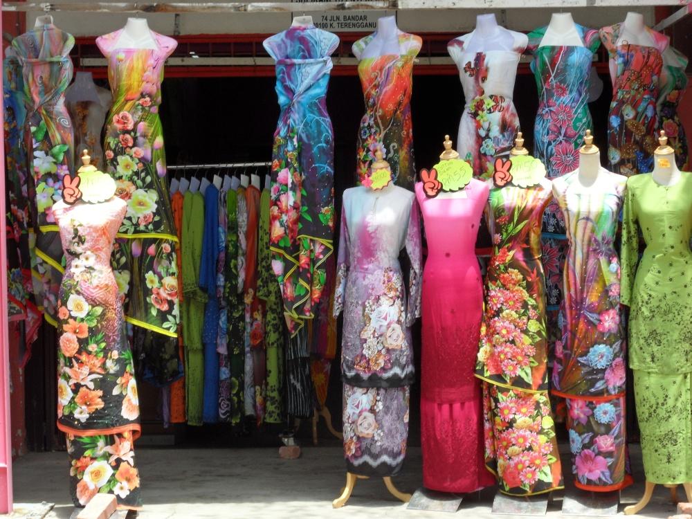 Die typischen Kleider der Frauen hier in Kuala Terengganu